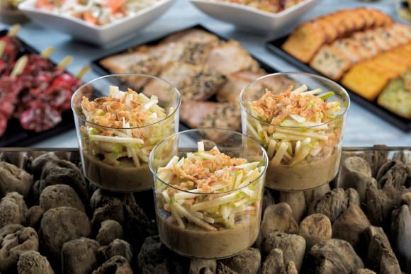 Caviar d'aubergine, pommes fruits et oignons frits (pokebowl)