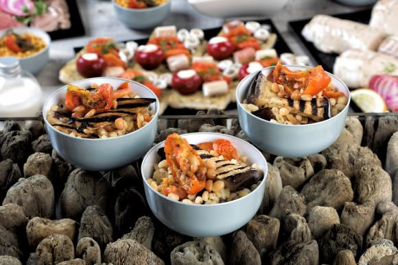 Salade de blé, aubergine grillée, tomates confites et pignons de pin (pokebowl)
