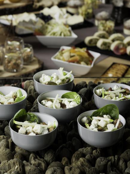 Salade mesclun, dés de Roquefort, pomme, noix et sauce balsamique (pokebowl)