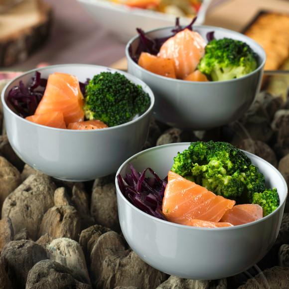 Saumon mariné, brocolis, riz et chou rouge (pokebowl)