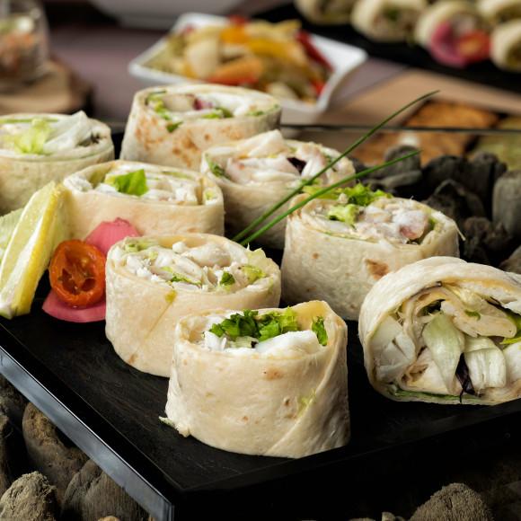 Wrap Effiloché de cabillaud, salade fraîche et pointe de rouille
