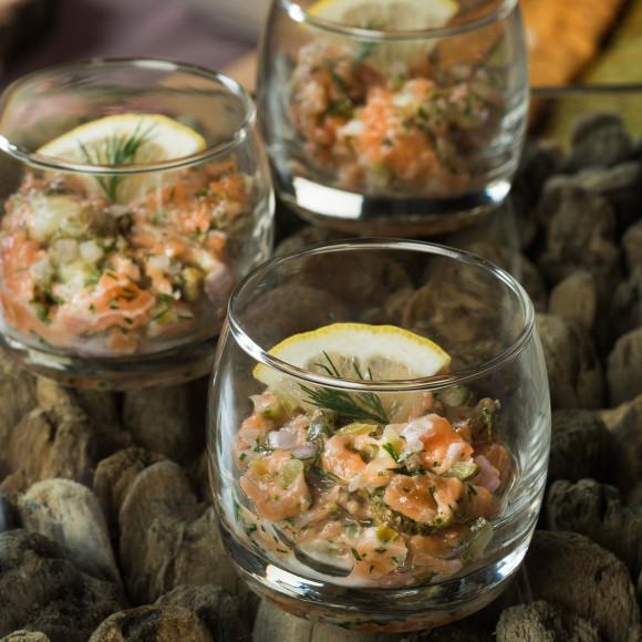 Tartare de saumon frais aux herbes et poivre parfumé