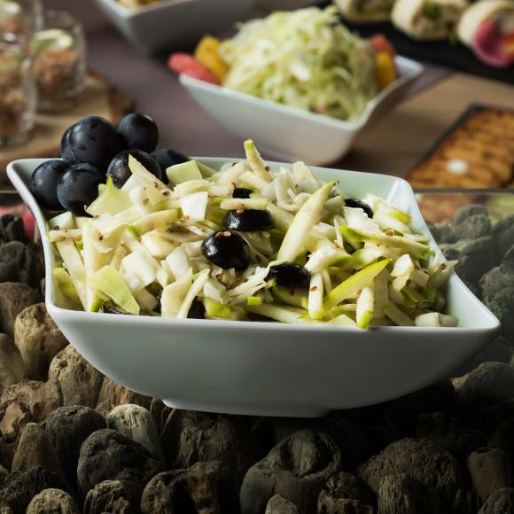 Salade de chou blanc, pomme, raisin et graines de sésame