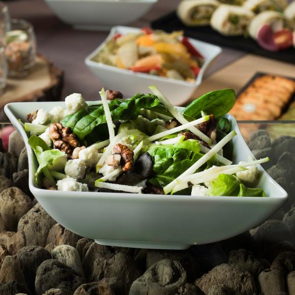 Salade mesclun, dés de Roquefort, pomme, noix et sauce balsamique