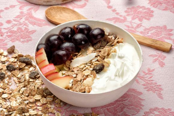 Yaourt au muesli et fruits frais dans son bol