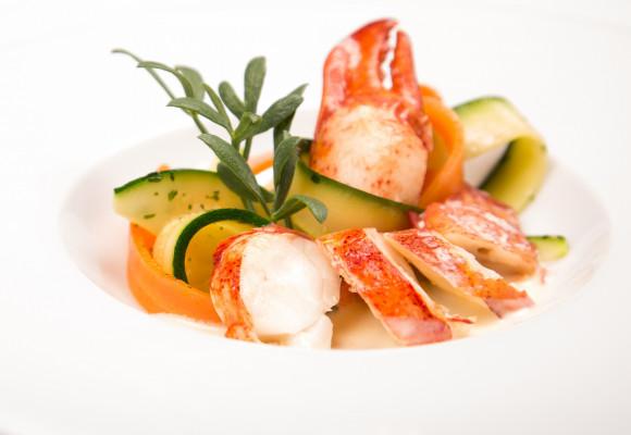 Nage de homard sauce champagne et rubans de légumes de saison