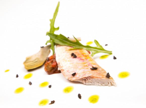 Filets de rouget marinés façon hareng,ratatouille glacée et artichaut poivrade