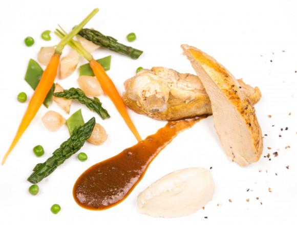 Suprême de volaille aux olives, galette de pommes de terre et tian de légumes de saison