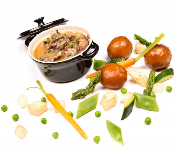 Boeuf confit de 7h00 au foie gras, carottes glacées au cumin, boûton d'artichaut et galette de pommes de terre