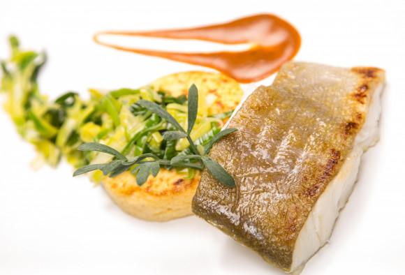 Dos de cabillaud aux crustacés, polenta moelleuse et fondue de poireaux