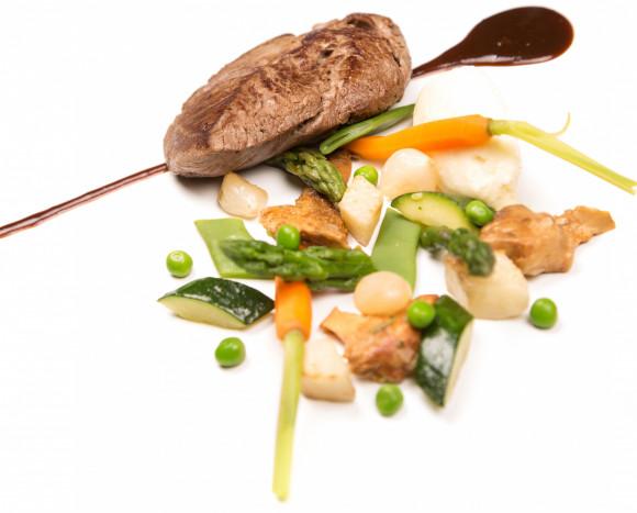 Filet de boeuf façon bordelaise, carottes glacées au cumin, boûton d'artichaut et galette de pommes de terre