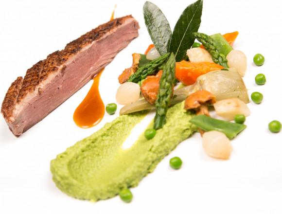 Magret de canard cuit basse température, sauce Jurançon, carottes glacées au cumin, boûton d'artichaut et galette de pommes de terre